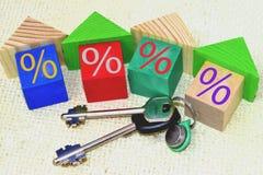 I cubi di legno e le chiavi all'appartamento Fotografie Stock Libere da Diritti