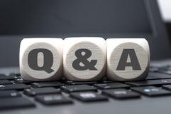 I cubi tagliano con le domande e risposte fotografie stock