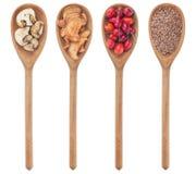 I cucchiai con lino, funghi, selvaggi sono aumentato, mela Immagini Stock Libere da Diritti