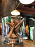 I cucchiai di legno in vetro sul pavimento del cemento con il caffè si accendono Immagine Stock Libera da Diritti