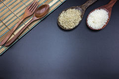 I cucchiai, le forchette e le siviere hanno messo il riso con il riso del gelsomino Fotografia Stock Libera da Diritti