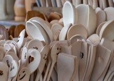 I cucchiai non dipinti hanno fatto di legno solido sono disponibili per la vendita in un grande gruppo immagini stock libere da diritti