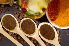 I cucchiai rustici di legno del primo piano hanno riempito con la polvere fresca della tisana, altri tè e le spezie nel fondo, mo Immagini Stock
