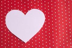 I cuori bianchi hanno scolpito da carta su un fondo rosso ` S del biglietto di S. Valentino Immagine Stock Libera da Diritti