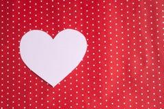 I cuori bianchi hanno scolpito da carta su un fondo rosso ` S del biglietto di S. Valentino Fotografia Stock Libera da Diritti