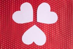 I cuori bianchi hanno scolpito da carta su un fondo rosso ` S del biglietto di S. Valentino Immagini Stock Libere da Diritti