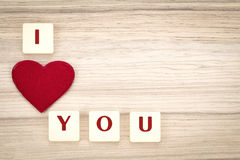 I cuori del biglietto di S. Valentino su un fondo e su un tex di legno ti amo Fotografia Stock Libera da Diritti