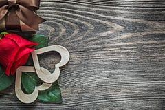 I cuori della rosa rossa hanno imballato la scatola attuale sulle feste del bordo di legno concentrate Immagini Stock Libere da Diritti