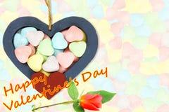 I cuori di legno con la caramella Valentine Background con la rosa rossa ed il biglietto di S. Valentino felice mandano un sms a  Fotografie Stock