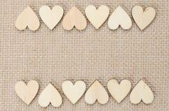 I cuori di legno su tela di iuta strutturano il fondo, fondo del biglietto di S. Valentino Fotografia Stock Libera da Diritti