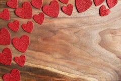 I cuori rossi del ` s del biglietto di S. Valentino della scintilla confinano Cherry Wood Grained Backgr Fotografia Stock