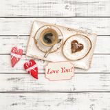 I cuori rossi della decorazione del giorno di biglietti di S. Valentino del biscotto del caffè vi amano immagini stock