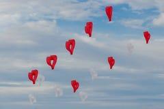 I cuori rossi e bianchi degli aquiloni stanno volando nel vento fotografia stock libera da diritti