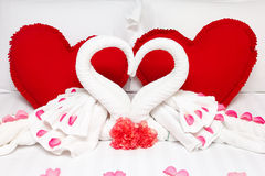 Cuscini rossi del cuore e due cigni Fotografia Stock Libera da Diritti