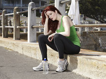 I dålig kondition löpare som försöker att fånga hennes andedräkt Arkivfoton