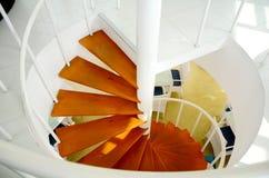 I-dörren röra sig i spiral trappuppgången. Royaltyfri Bild