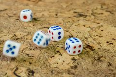 I dadi bianchi gettati sulla tavola con un sughero marrone finiscono Immagini Stock Libere da Diritti
