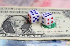 I dadi bianchi sono su una banconota in dollari dei dollari americani Il concetto di gioco con i tassi nell'unità monetaria Fotografie Stock Libere da Diritti