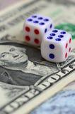 I dadi bianchi sono su una banconota in dollari dei dollari americani Il concetto di gioco con i tassi nell'unità monetaria Fotografia Stock Libera da Diritti