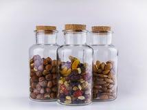 I dadi e la frutta secca mescolano nei barattoli di vetro Fotografie Stock