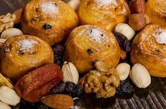 I dadi, i frutti secchi, i pistacchi ed i biscotti casalinghi sono sparsi dalla borsa sulla tavola immagine stock