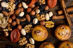 I dadi, i frutti secchi, i pistacchi ed i biscotti casalinghi sono sparsi dalla borsa sulla tavola immagine stock libera da diritti