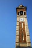 I dag för klocka för gammal abstrakt vägg för gorla och för kyrkligt torn solig Arkivbilder
