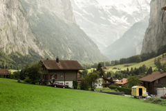 By i dalen av schweiziska fjällängar Arkivbild