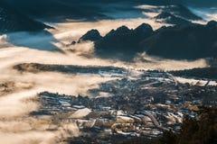 By i dalen som kommer ut ur dimman Royaltyfria Foton