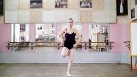 I danskorridor utför den unga ballerina i svart body storslagna jete passande de chate, henne som flyttar sig till och med balett stock video