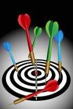 I dardi attaccano su un dartboard illustrazione di stock
