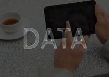 I dati bianchi mandano un sms a contro le mani con la compressa e caffè e sovrapposizione scura Immagine Stock