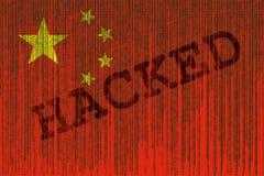 I dati hanno inciso la bandiera della Cina Bandiera di Chines con il codice binario illustrazione vettoriale