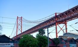 I 25 de Abril Bridge - costruzione d'acciaio Immagini Stock