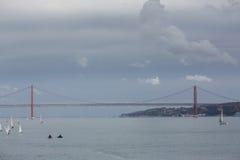I 25 de Abril Bridge in Lissabon, Portogallo Immagini Stock Libere da Diritti