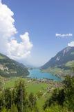 By i de schweiziska bergen Arkivbilder