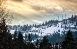 By i de snöig bergen Royaltyfri Bild