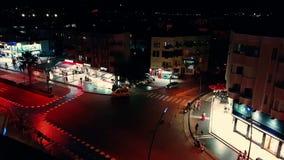 I defocustimelapse kan sikten i Marmaris folk ses i denna upptagna gata som är den huvudsakliga gränsmärket för turister natt arkivfilmer