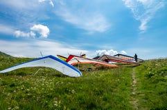 I deltaplani hanno parcheggiato prima della presa del volo sopra le colline un giorno soleggiato Fotografie Stock Libere da Diritti