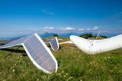 I deltaplani hanno parcheggiato prima della presa del volo sopra le colline un giorno soleggiato Immagine Stock