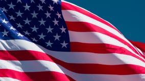 I den blåa himlen flyger USA-flaggan stock video