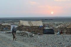 By i den Danakil fördjupningen Etiopien Arkivfoton