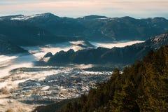 By i den dolda dalen för dimma Royaltyfri Foto
