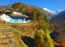 By i den HimalayasbergAnnapurna treken arkivbilder