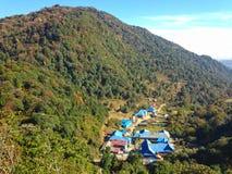By i den HimalayasbergAnnapurna treken royaltyfri foto
