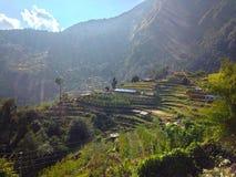 By i den HimalayasbergAnnapurna treken royaltyfri fotografi
