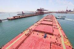 In i den kinesiska porten av Qingdao malmbärare Royaltyfria Bilder