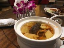 I den kinesiska restaurangen försöker vi kinesisk kokkonst royaltyfri foto