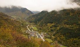 By i den Pyrenees dalen Arkivfoto