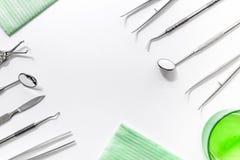 I denti si preoccupano con gli strumenti del dentista nel modello bianco di vista superiore del fondo dell'ufficio del ` s di med Immagini Stock Libere da Diritti